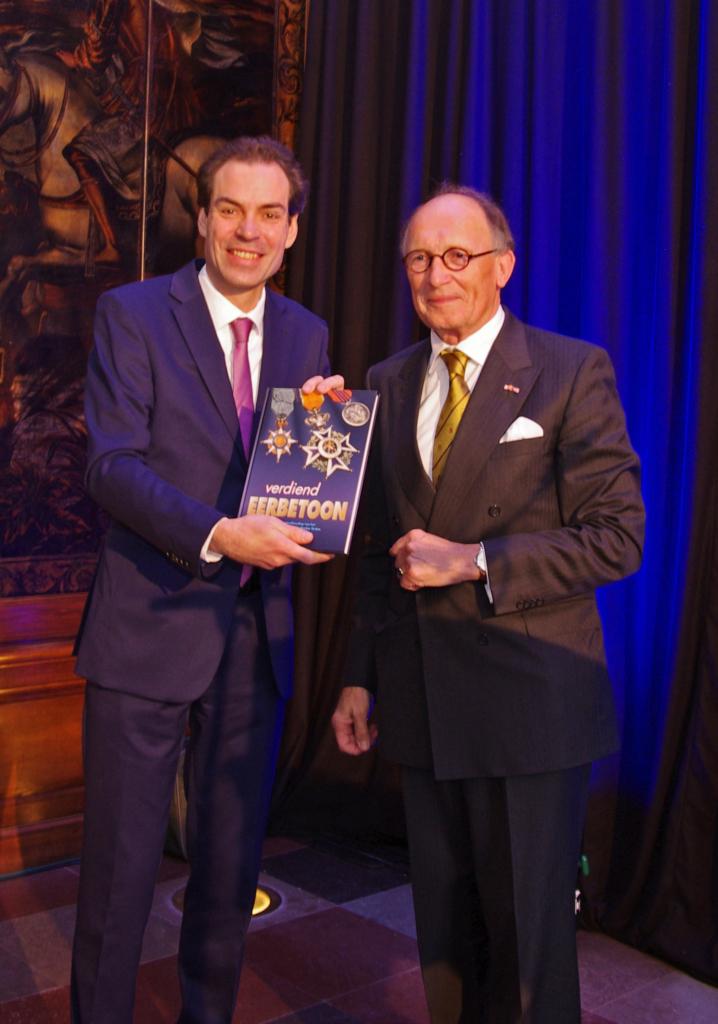 fred-de-graaf-overhandigt-het-eerste-exemplaar-van-verdiend-eerbetoon-aan-michel-van-maarseveen