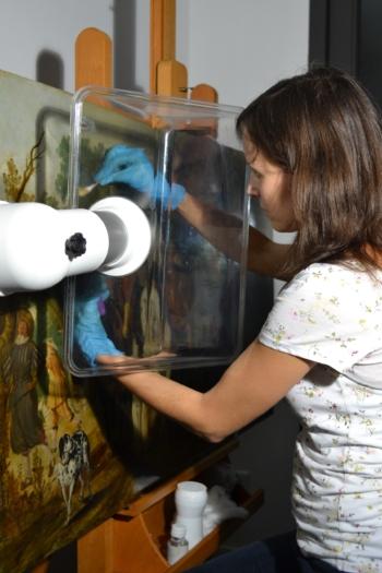 Schilderijenrestaurator Jantine Maessen-den Brok tijdens de restauratie van de Ruiterstoet